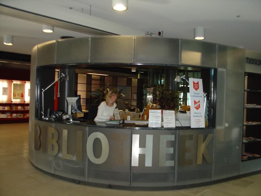 Bibliotheek Heerhugowaard – infopult v přízemí