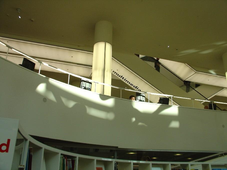 Openbare Bibliotheek Amsterdam – pojízdné schody propojující patra