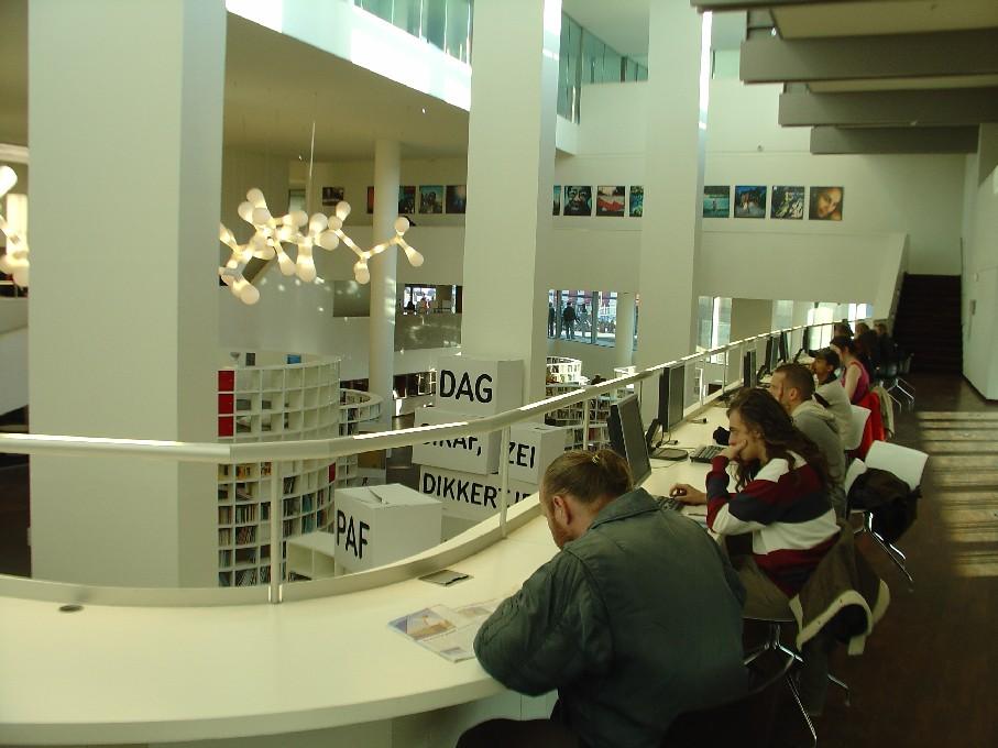 Openbare Bibliotheek Amsterdam – PC s internetem na galerii nad dětským oddělením