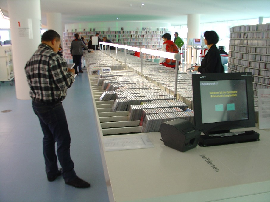 Openbare Bibliotheek Amsterdam – oddělení zvukových nosičů, automat na půjčování