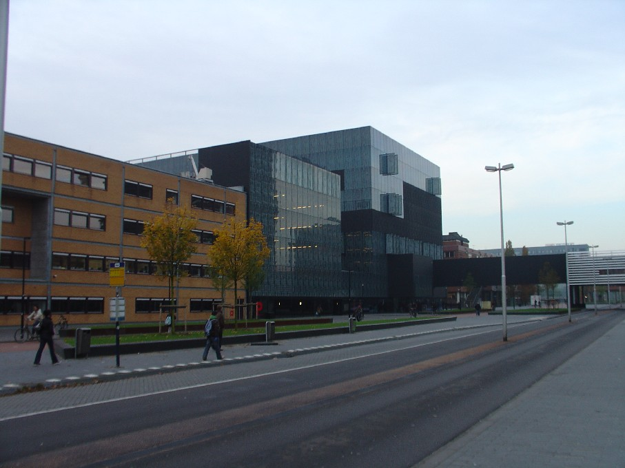 Universiteitsbibliotheek Utrecht – černá krychle je knihovna, menší je parkoviště