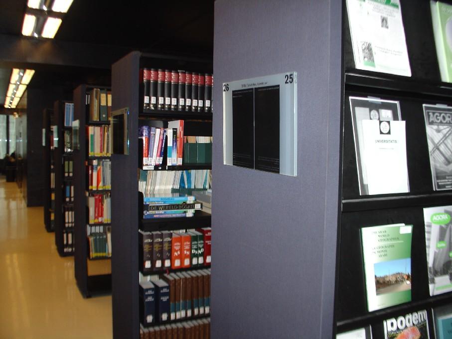 Universiteitsbibliotheek Utrecht – regály s časopisy a příručkami