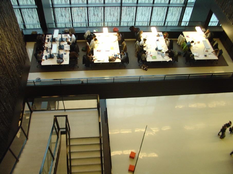Universiteitsbibliotheek Utrecht – pohled seshora na studijní místa