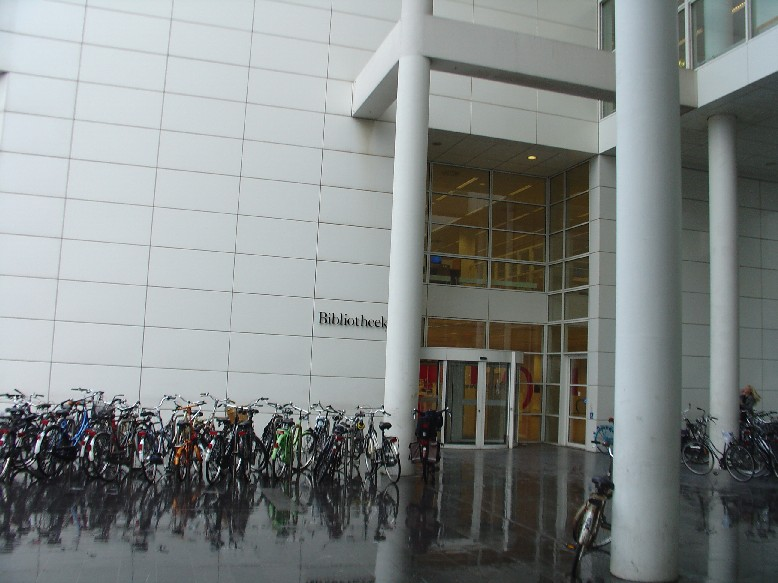Openbare Bibliotheek Den Haag - vchod do knihovny, parkoviště kol