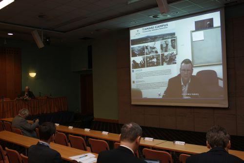 Obr. 3: Dr. Chris Paton (University of Auckland, Nový Zéland) ve svém videokonferenčním příspěvku nastínil možnosti technologií Web 2.0 pro výuku a studium medicíny