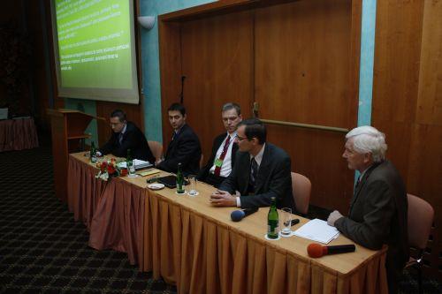 Obr. 4: Předsedající panelové diskuse (zleva doprava): doc. RNDr. Ladislav Dušek, Ph.D. (LF MU), Ing. Daniel Schwarz, Ph.D. (LF MU), RNDr. Čestmír Štuka, MBA (1. LF UK), MUDr. Martin Vejražka, Ph.D. (1. LF UK), prof. MUDr. Stanislav Štípek, DrSc. (1. LF UK)