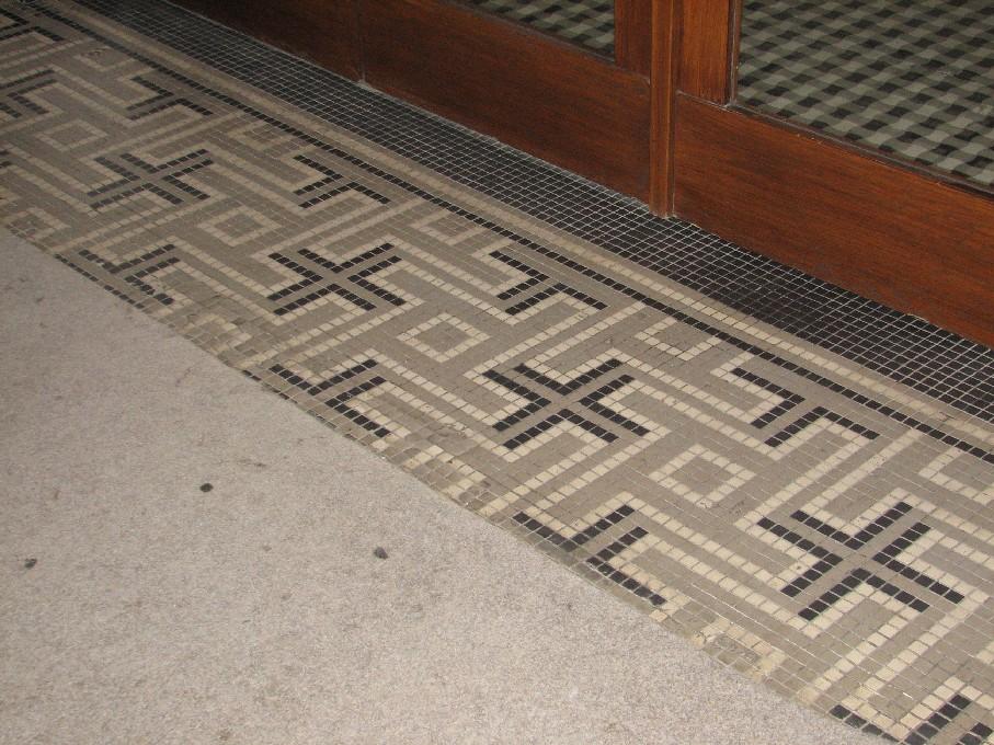 Perlička na závěr – netradiční historická výzdoba podlahy (částečně zakrytá kobercem) ve vstupní části budovy Evangelické teologické fakulty