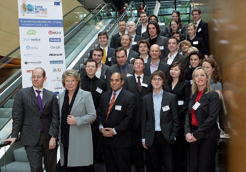 Signatáři evropské dohody o sociálních sítích. V čele komisařka Viviane Redingová a ministr Schiltz (zdroj: European Communities)