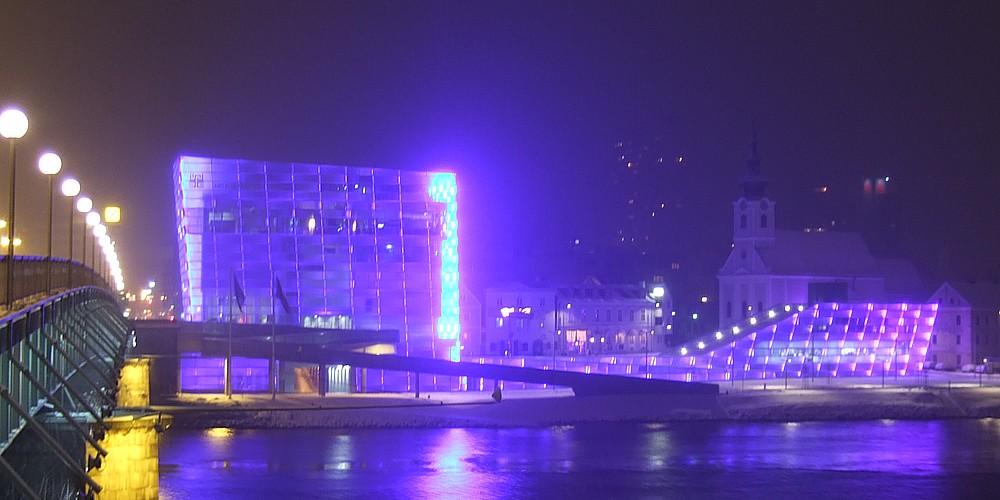 Zářící budova Ars Electronica Center vypadá v noci nádherně