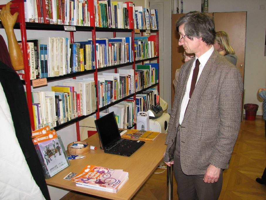 Dr. Zdeněk Matušík pečlivě zkoumá notebook pro čtenáře