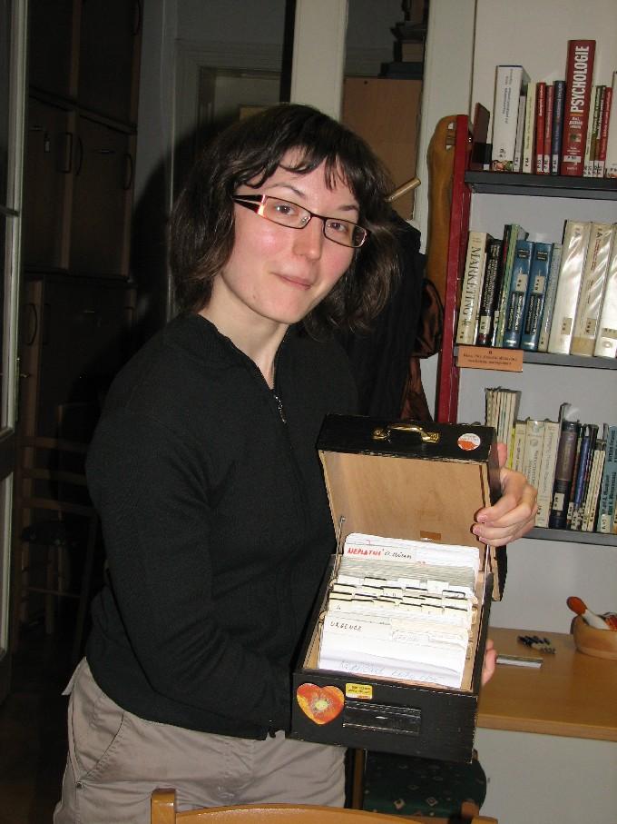 K. Pojerová ukazuje kartotéku se záznamy o čtenářích
