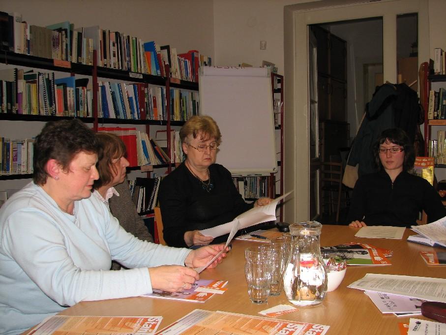 Účastníci exkurze si prohlížejí různé informační produkty společnosti Neziskovky.cz