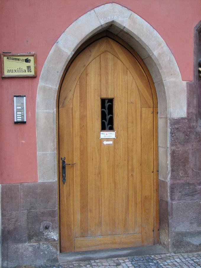 Vstup do budovy, v níž sídlí společnost Neziskovky.cz