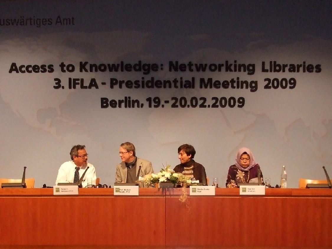 Druhý tematický blok – zleva Zainal H. Hasibuan, prof. Michael Seadle, Gladys Saade-Azarová a Shukriah Haji Yon