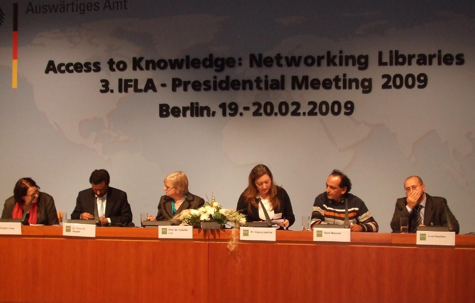 Závěrečná diskuze – zleva Brigitte Langeová, dr. Faris Al-Saqqaf, prof. dr. Claudia Luxová, dr. Hasna Askhitová, Sami Batrawi a Imad Hashem