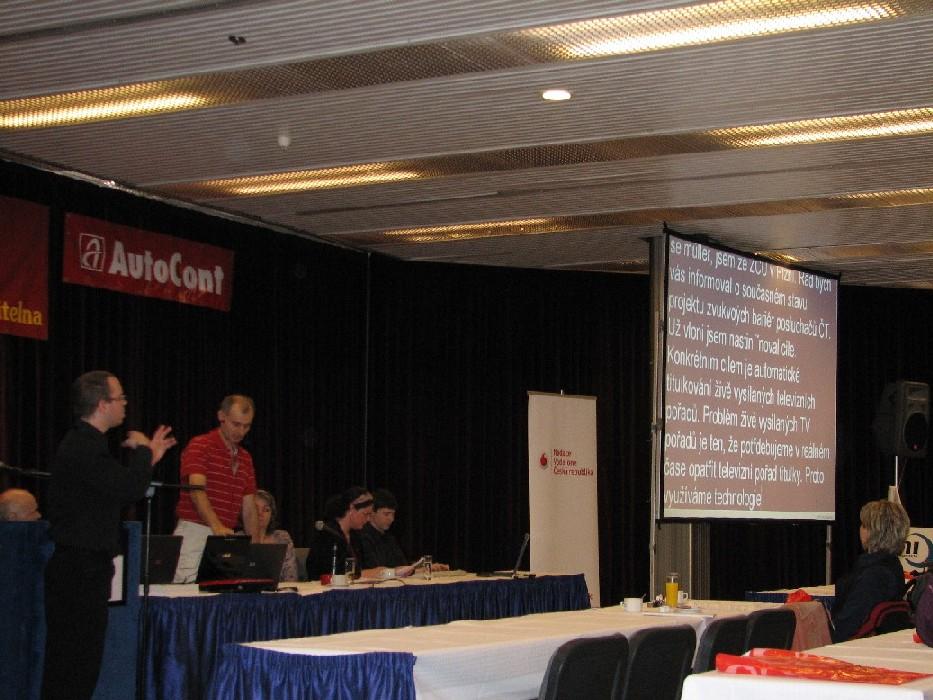 Jednání v plénu bylo přepisováno tak, aby sluchově postižení účastníci mohli plně sledovat program; rovněž bylo realizováno tlumočení do znakového jazyka