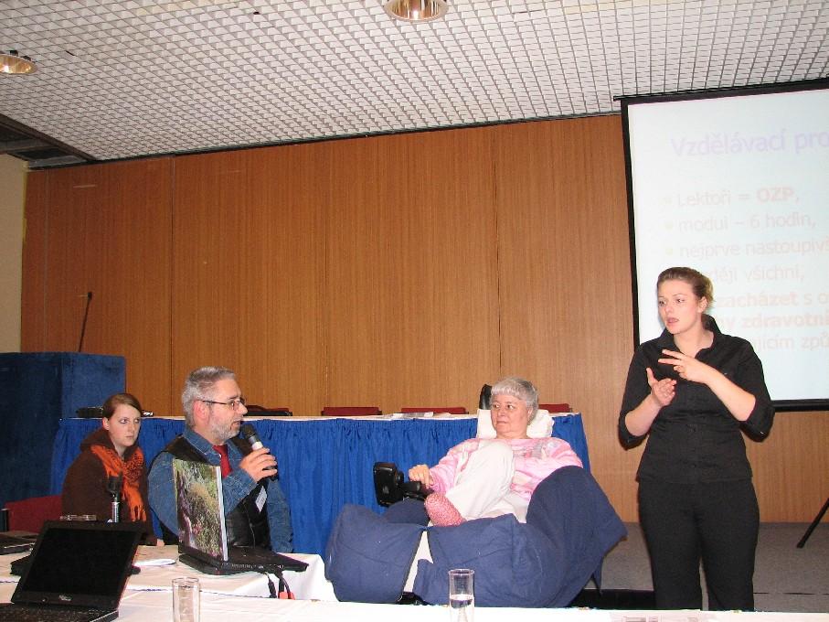 Příspěvek J. Hrdé byl rovněž tlumočen do znakového jazyka; vlevo moderátor sekce R. Herink