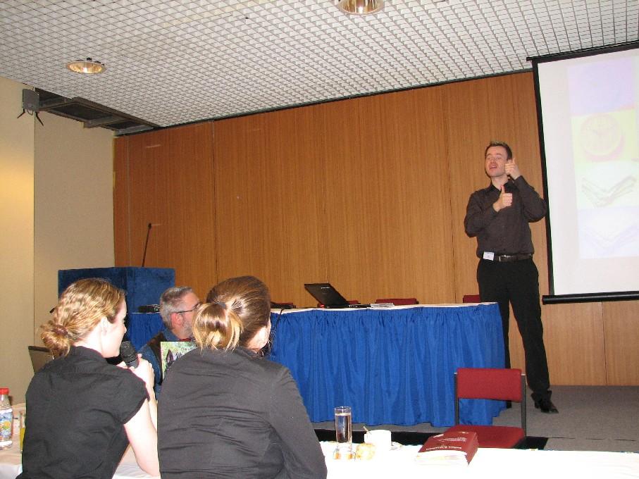 D. Jorda, jehož vystoupení bylo tlumočeno ze znakového jazyka, přednáší o multimediálních učebnicích pro neslyšící