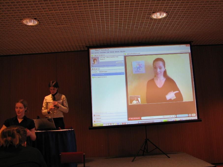 M. Horáková názorně ukazuje online tlumočnickou službu pro neslyšící