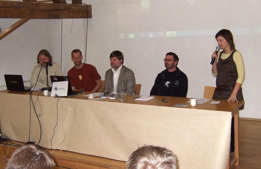 Účastníci tiskové konference: zleva Marek Tichý, Petr Jansa, Vít Richter, Dalibor Záhora; u mikrofonu stojí moderátorka konference Kateřina Hladká