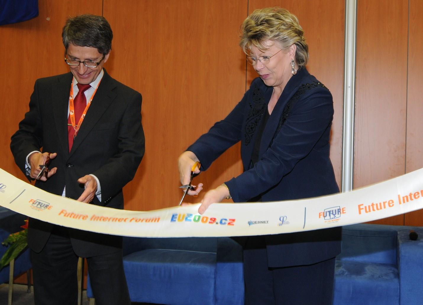 Obr. 1: V. Růžička a V. Redingová při slavnostním spuštění Future Internet Forum