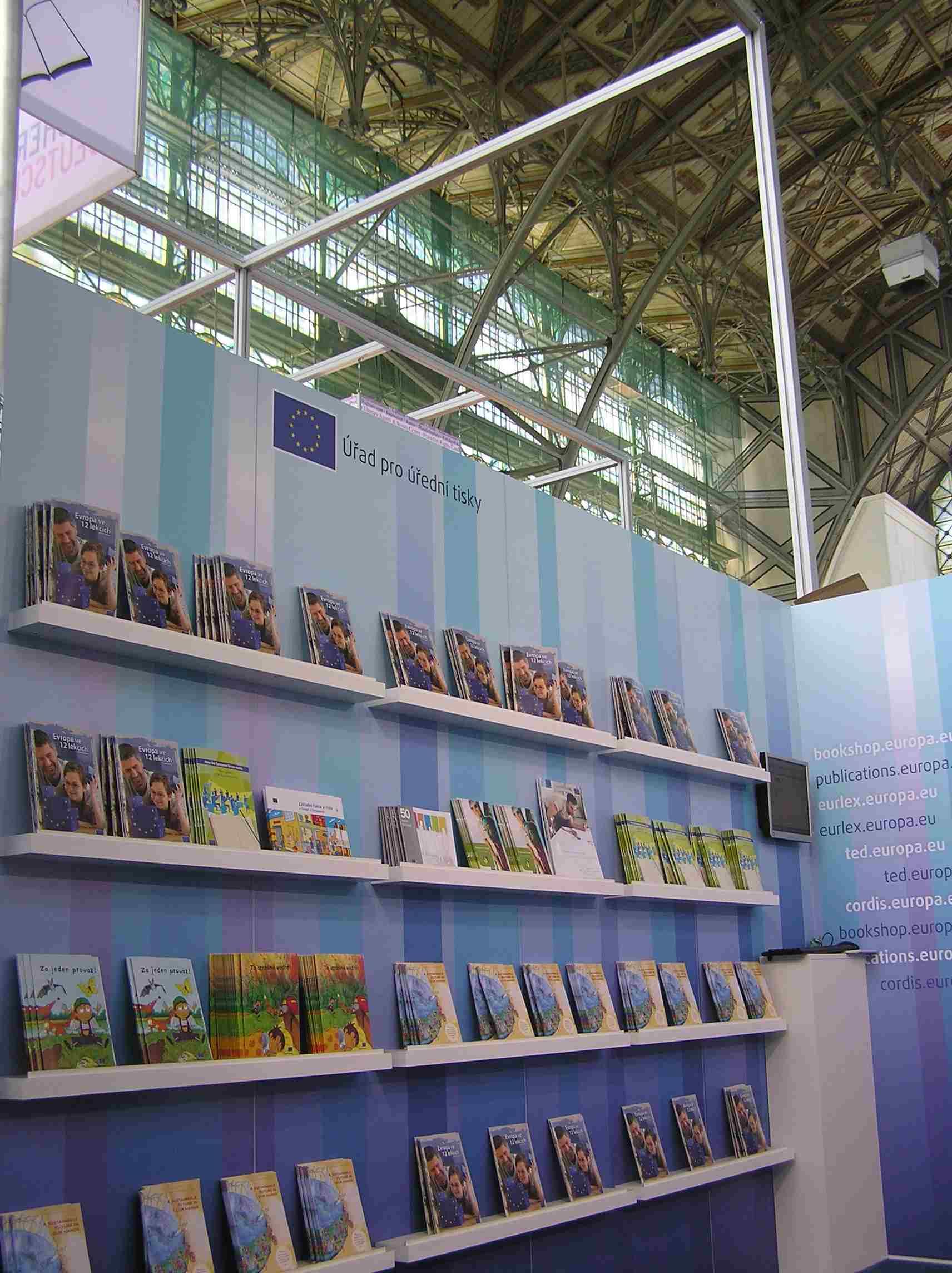 Obr. 1: Expozice Úřadu pro úřední tisky Evropských společenství zaujímala přední místo hlavní haly výstaviště