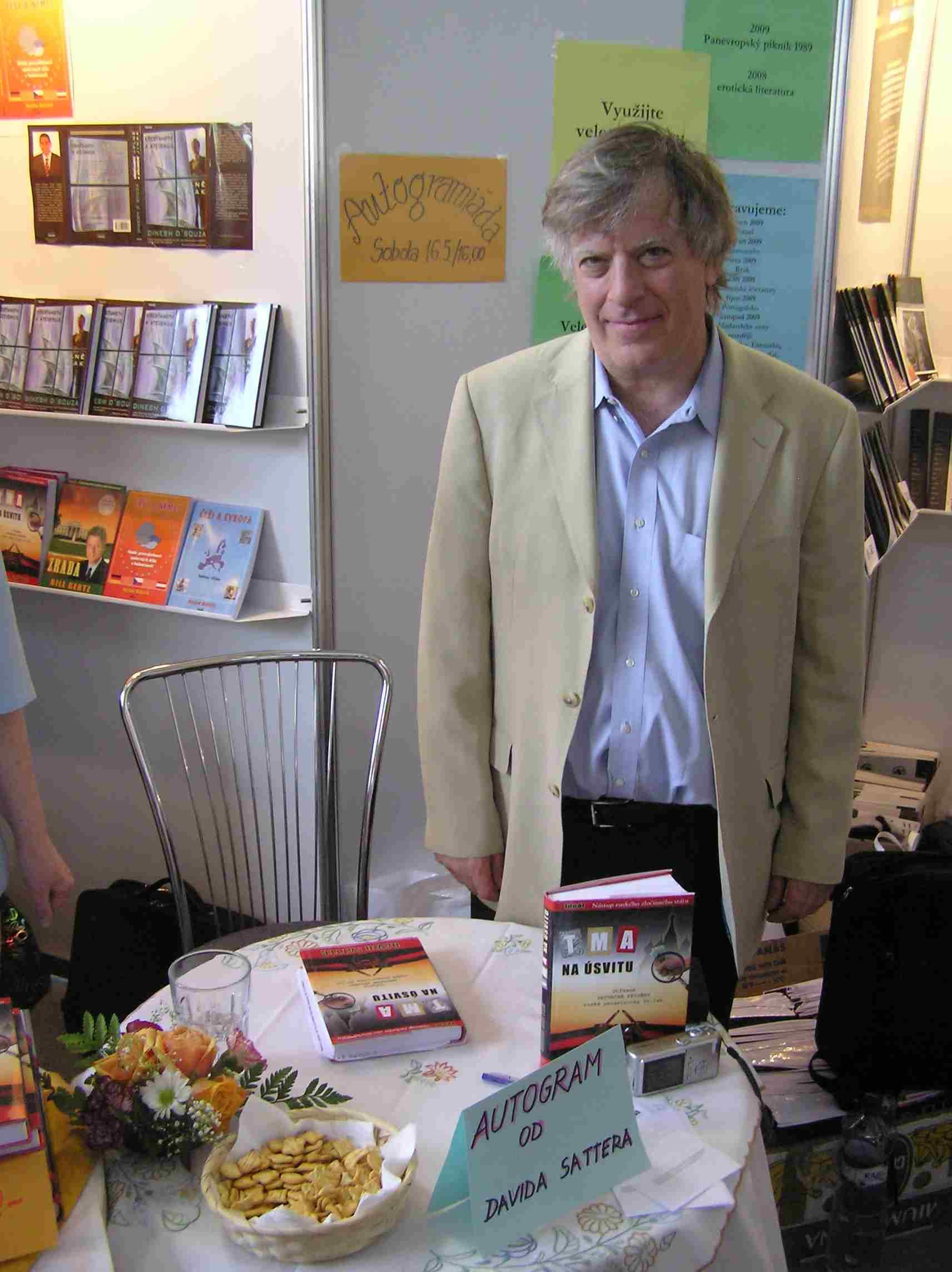 Obr. 15: David Satter, uvádějící svoji knihu Tma na úsvitu : nástup ruského zločinného státu