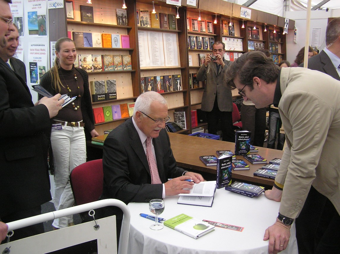 Obr. 16: Václav Klaus s českým europoslancem Hynkem Fajmonem