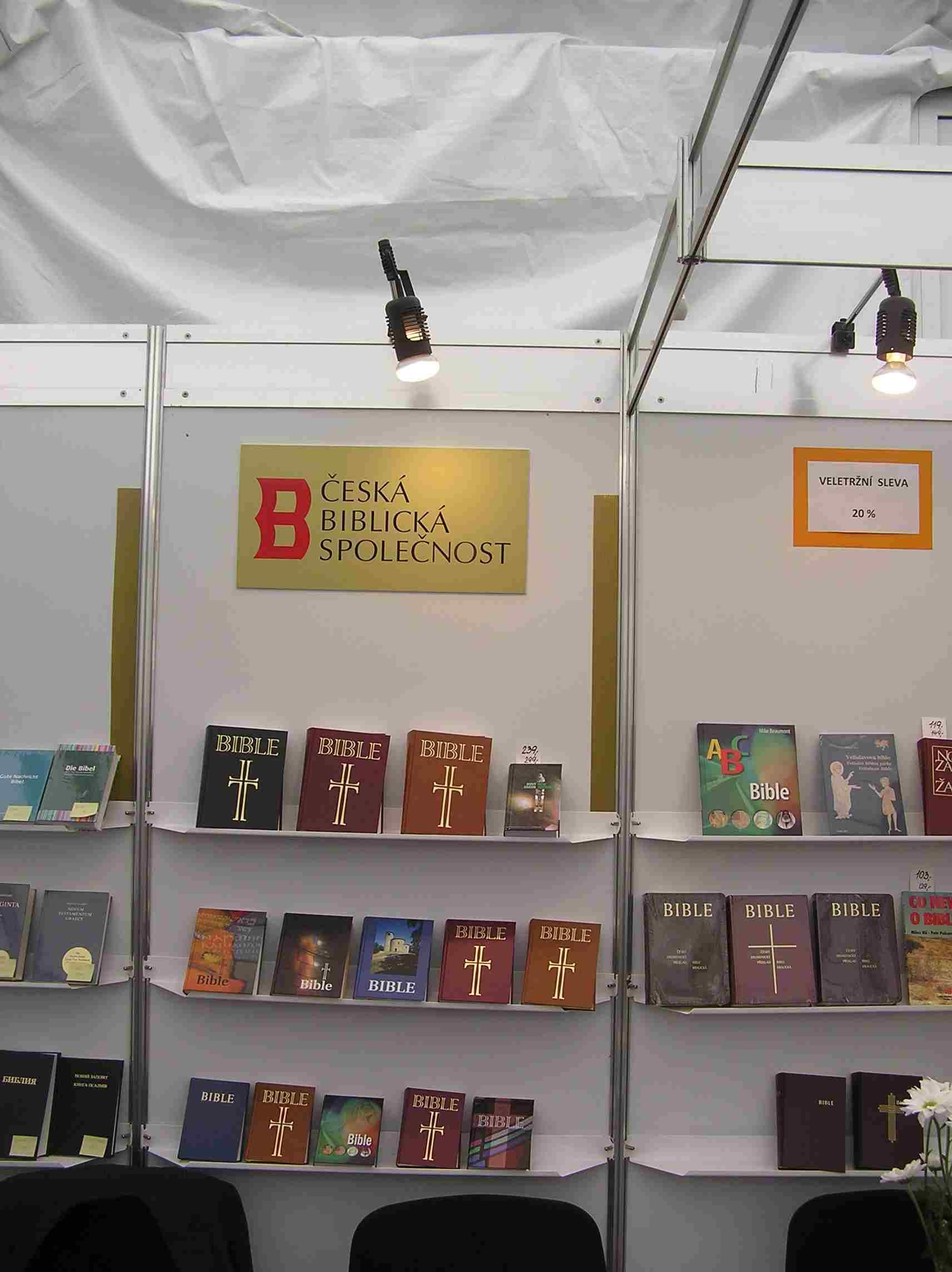 """Obr. 6: Česká biblická společnost představila armádní bibli """"v maskáčích"""", bibli, která může měnit obal, nové dětské bible, audiobibli či bibli na internetu"""