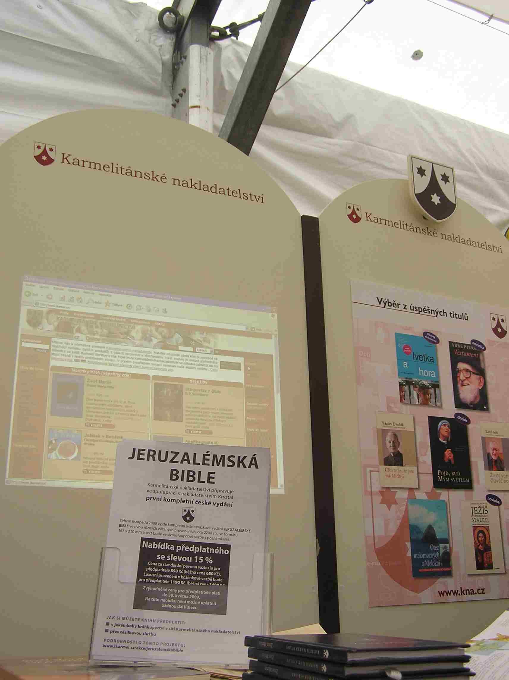 Obr. 7: Karmelitánské nakladatelství zde propagovalo první české vydání Jeruzalémské Bible, ke kterému by mělo dojít na podzim