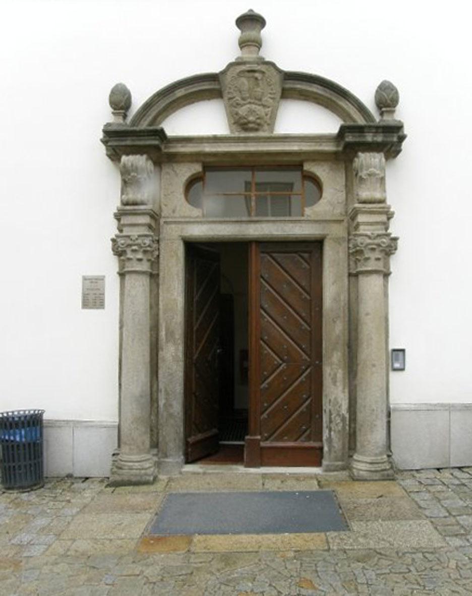 Vchod do knihovny (autor Marta Jílková)