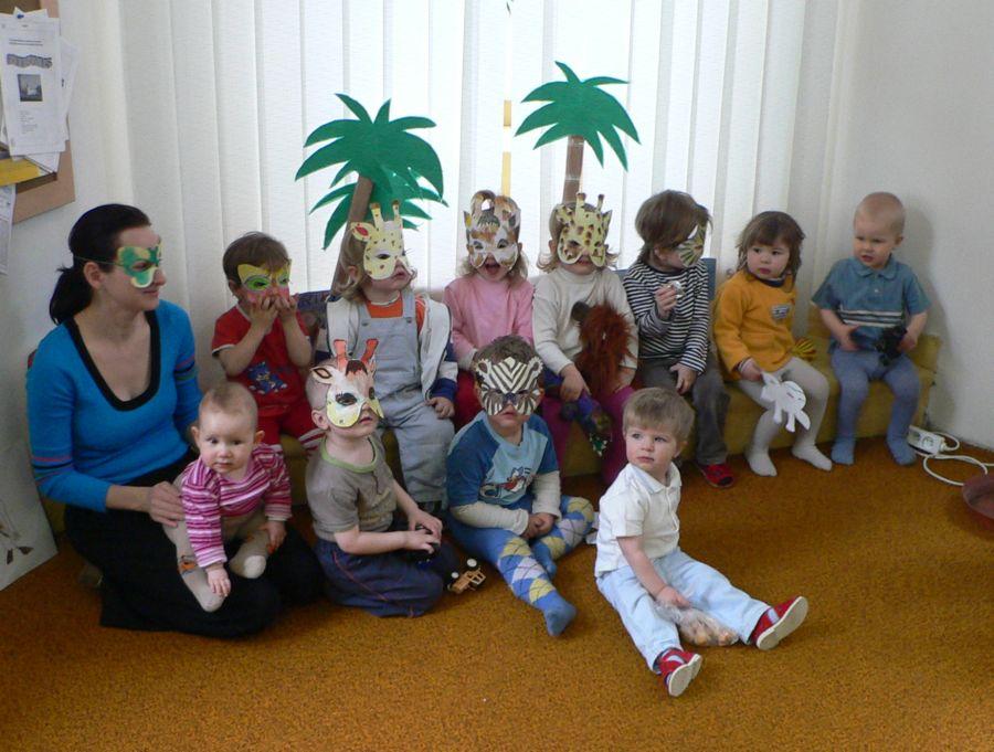 Děti v maskách, které si vyrobily při Cestě do Afriky