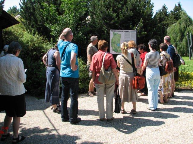 Účastníci exkurze při zahájení prohlídky Dendrologické zahrady