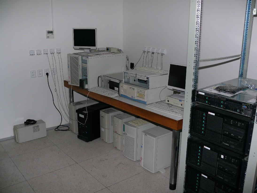 Brzy po ránu ještě většina serverů v klementinské serverovně běžela, i když většinou naprázdno