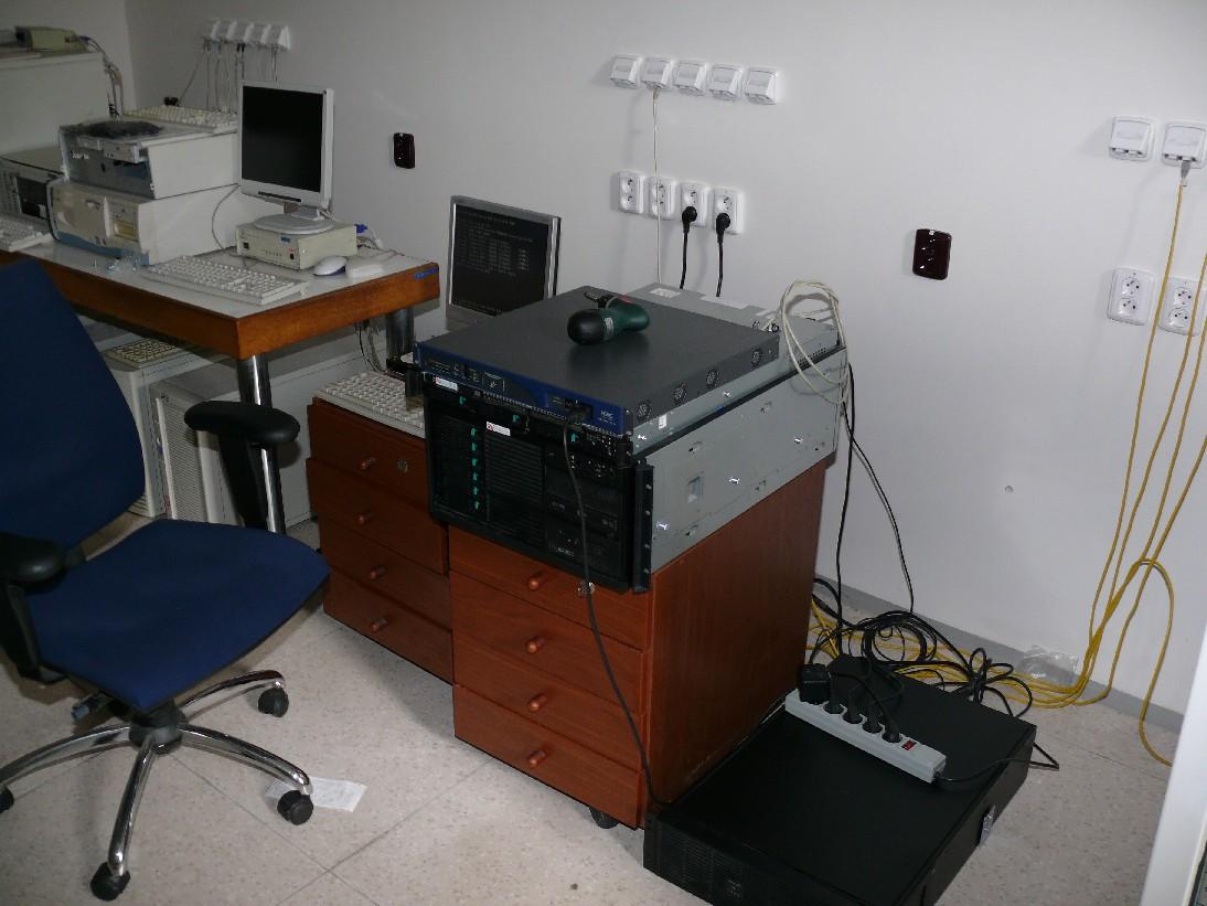 Posledních pár fungujících serverů v provizorní montáži