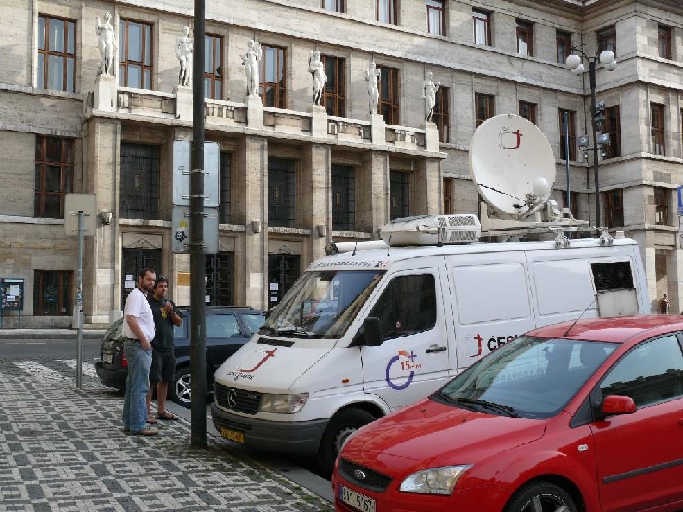 Dlouho před odjezdem posledního stěhovacího nákladního vozu čekali před Klementinem technici České televize připravující přímý vstup do vysílání