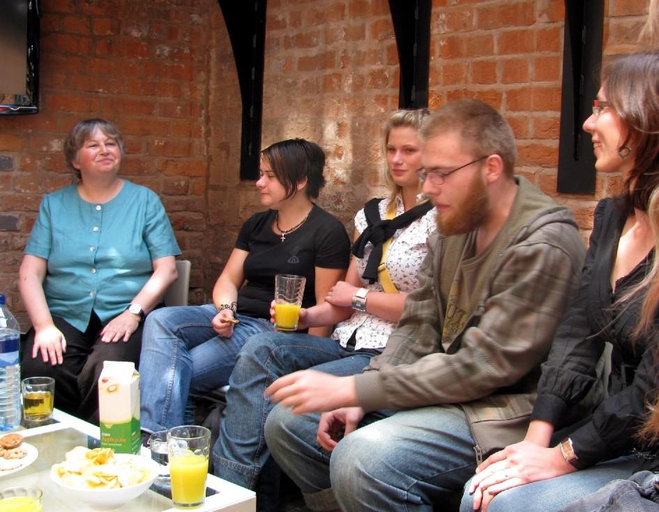 Rachel Van Rielová (zcela vlevo) v birminghamské pobočce Opening the Book