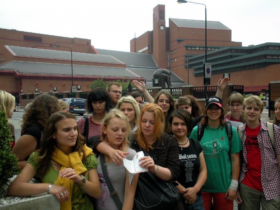 Táborští studenti před rozlehlou Britskou knihovnou