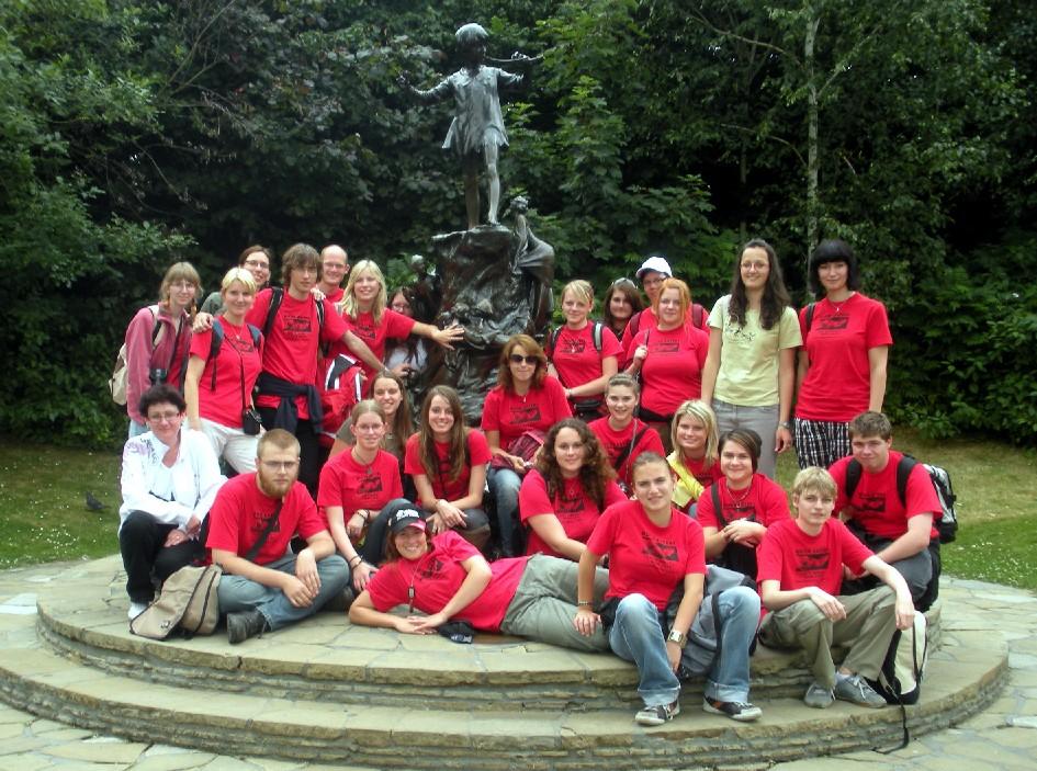 Společná fotografie táborských knihožroutů kolem sochy Petra Pana v Hyde Parku