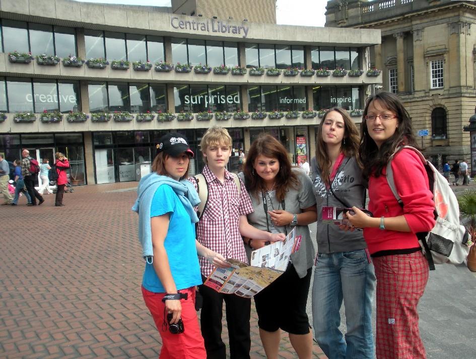 Táborští studenti před Ústřední knihovnou v Birminghamu