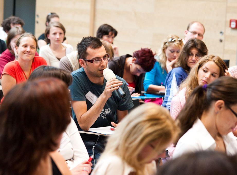 Účastníci konference i diváci online přenosu se zapojili do diskuze