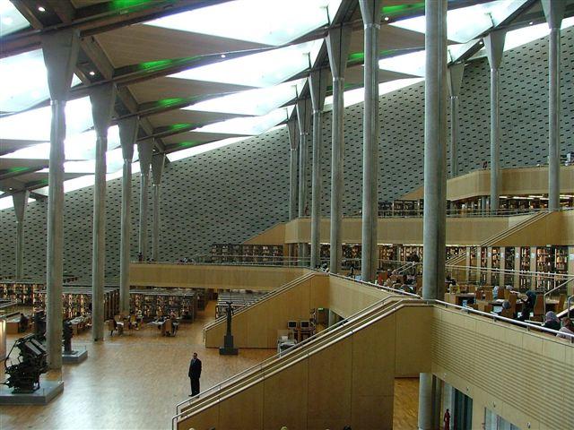 Interiér knihovny – hlavní Kallimachova hala je tvořena 11 vzestupnými, vzájemně propojenými podlažími