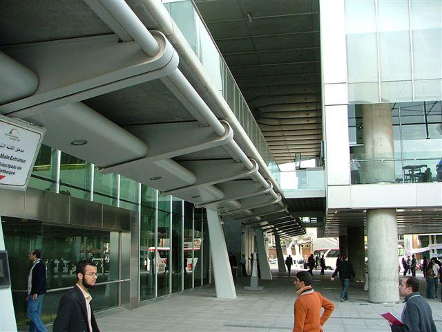 Prosklené stěny budovy  a střecha, která je vyrobena z podobného materiálu a podobnou technologií jako křídla letadel, aby odolala slunečnímu žáru  v létě a silným větrům a mořské tříšti během zimních bouří. Drží ji  98 betonových sloupů v podobě lotusu. Cylindr střechy má průměr 160 m a obvod 502 m