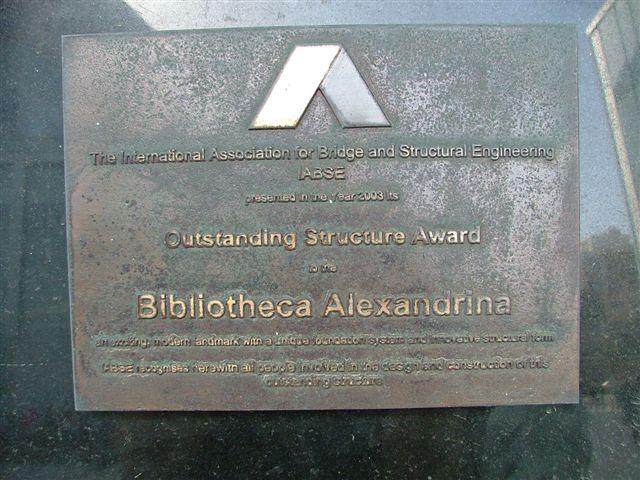 Deska připomínající, že v roce 2003 dostala knihovna oceněni od mezinárodní asociace ABSE