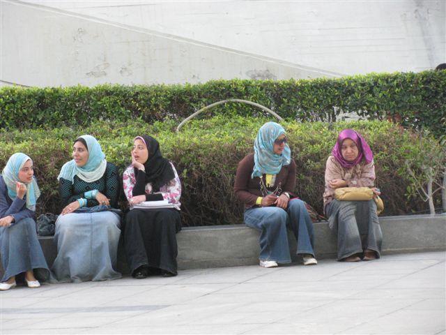 Arabské studentky před knihovnou