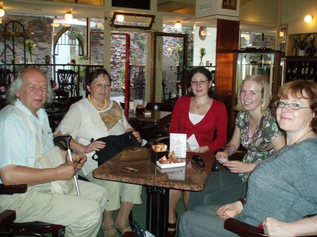 Obr. 2: Některým kolegům nestačil odborný program, v řešení knihovnických (i jiných problémů) pokračovali v úžasné kavárně Čokoláda a delikatesy Bajer (při návštěvě Pardubic doporučujeme navštívit!)