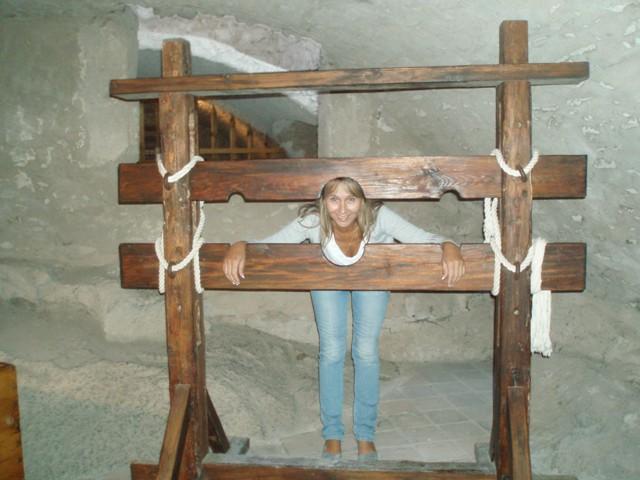 Obr. 4: Když to není na doživotí, tak proč si nevyzkoušet mučící nástroje středověku? (Jana Čerešňová - Národní technické muzeum)