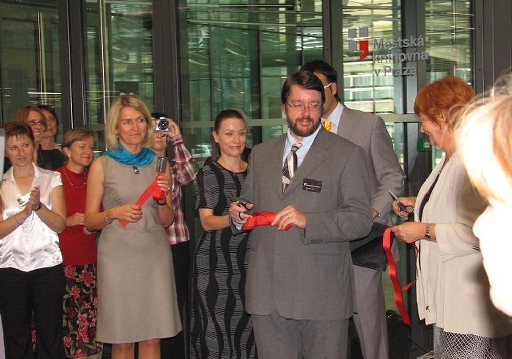 Slavnostní stříhání pásky u nové pobočky Městské knihovny Praha