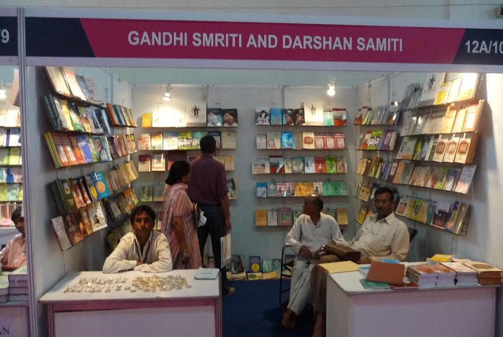 Stánek reprezentující International Centre of Gandhian Studies and Research, nacházející se v Dillí