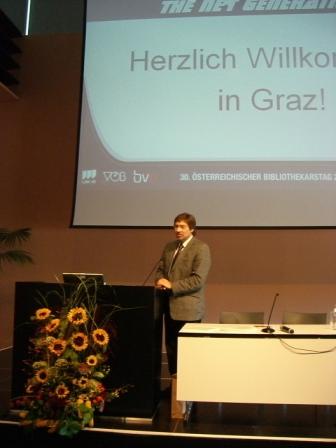 Předseda VÖB H. Weigel zahajuje Bibliothekartag (u pultu je vidět i krásné aranžmá plodů Štýrska)